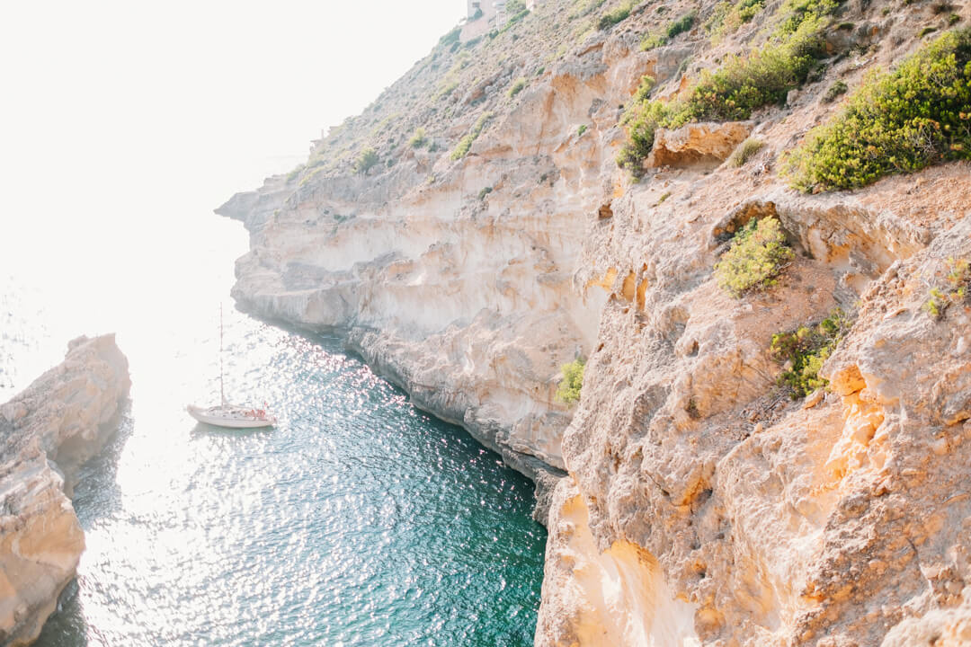 A boat on the shore of a cliff